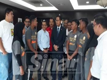 Mohd Asmirul (tengah) selepas menerima kunjungan Persatuan Angkat Berat Negeri Kedah Darul Aman dan atletnya di Wisma Darul Aman, pagi tadi.
