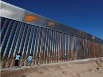 Trump terus berkeras untuk meneruskan projek pembinaan tembok di sempadan AS-Mexico.