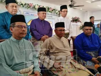 Mohamad Fuzi (tengah) dalam sidang media di Majlis Raikan Cinta Raja Sehari Warga Polis Diraja Malaysia Dengan Kerjasama Bank Muamalat Malaysia Berhad, di Pulapol.