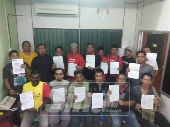Ahmad Zhafri (dua kiri) bersama JKBFR5 bersedia melancarkan petisyen bertulis di empat kawasan terjejas berikutan kerja naik taraf projek FR5.