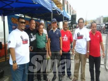 Jamal (empat, kanan) bersama Ketua Umno Bahagian Ampang, Datuk Ismail Kijo (tiga, kiri).