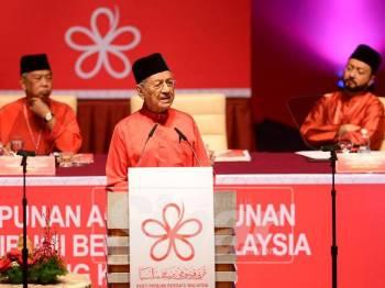 Pengerusi Parti Pribumi Bersatu Malaysia (Bersatu) Tun Dr Mahathir Mohamad menyampaikan ucapan dasar semasa Majlis Perasmian Perhimpunan Agung Tahunan Parti Bersatu Kali Kedua 2018 di Pusat Konvensyen Antarabangsa Putrajaya (PICC) hari ini. - Foto: Mohd Izari Rosli