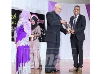 Azran (kanan) menyampaikan cenderamata kepada Tengku Abdul Halim ibni Almarhum Sultan Ibrahim yang hadir ke MAKK 2017.