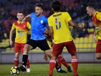 Pemain Melaka United Luka Milunovic (dua, kiri) cuba melepasi asakan para pemain Selangor United pada Perlawanan Persahabatan Bola Sepak Pra Musim 2019 di Stadium Hang Jebat, semalam. - Foto Bernama