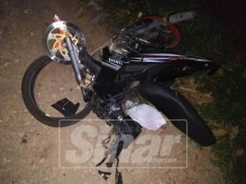 Kemalangan tersebut menyebabkan motosikal mangsa remuk.