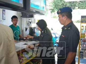 Ahmad Puat memeriksa salah sebuah stesen minyak di Kuala Kangsar bagi memastikan bekalan bahan api di daerah itu mencukupi.