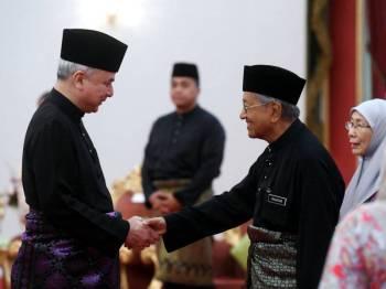 Timbalan Yang di-Pertuan Agong Sultan Nazrin Shah bersalaman bersama Perdana Menteri Tun Dr Mahathir Mohamad hari ini selepas mengakhiri tugas baginda sebagai Pemangku Yang Di-Pertuan Agong dengan Istiadat Mengucap Selamat Berangkat di Istana Negara hari ini. - Foto Bernama
