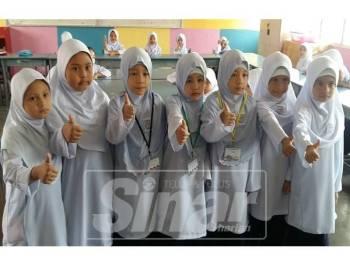 Gelagat tujuh murid antara yang mencuri tumpuan apabila mereka merupakan tiga pasangan kembar yang memulakan hari pertama sesi persekolahan, di Sekolah Kebangsaan Zainab 1 hari ini.