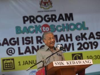 Perdana Menteri Tun Dr Mahathir Mohamad menyampaikan ucapan pada Program Back to School bagi Isi Rumah eKasih@Langkawi 2019 di Sekolah Menengah Kebangsaan Kedawang hari ini. Foto: Bernama