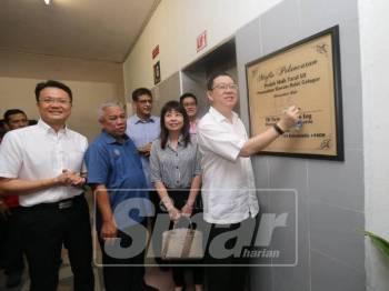 Guan Eng melancarkan Projek Naik Taraf Lif Perumahan Kastam, Bukit Gelugor tadi.