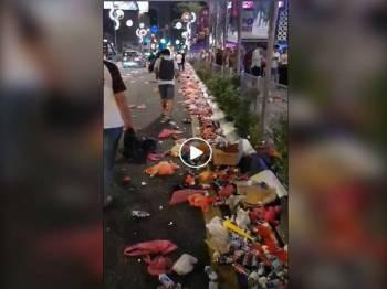 Rakaman video berdurasi 27 saat yang tular di media sosial pelbagai jenis sampah termasuk tin dan botol minuman, plastik serta kotak bersepah di bahu dan tengah laluan jalan raya.