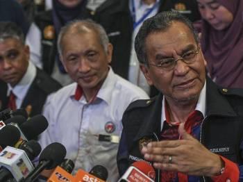 Menteri Kesihatan Datuk Seri Dr Dzulkefly Ahmad (kanan) ketika sidang media selepas melakukan Program Tinjauan Mesra Tempat Larangan Merokok hari ini. - Foto Bernama