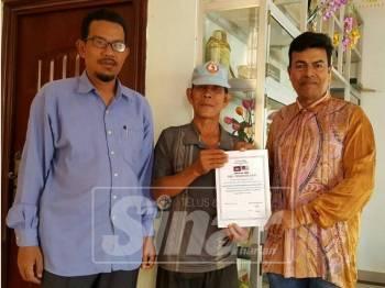 Mustapha (kanan) menerima sijil penghargaan daripada Yusof (tengah).