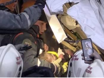 Seorang bayi lelaki ditemukan masih hidup setelah terperangkap selama 35 jam dalam runtuhan bangunan di Rusia. -  Foto AAP