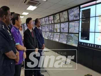 Kon Yeow (dua dari kanan) bersama Exco Kerajaan Tempatan, Jagdeep Singh Deo (kanan), Datuk Bandar MBPP, Datuk Yeu Tung Seang dan Ketua Polis Pulau Pinang, Datuk Seri A Thaiveegan melihat cara pengecaman wajah dilakukan.