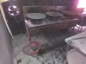 Keadaan bahagian dapur restoran yang terbakar.