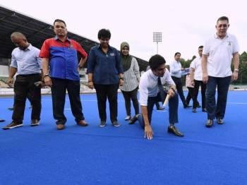 Menteri Belia dan Sukan, Syed Saddiq Syed Abd Rahman meninjau keadaan Stadium Hoki Nasional Bukit Jalil yang dilaporkan mengalami kerosakan di permukaan padang, hari ini. - Foto Bernama