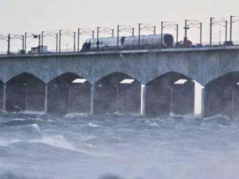 Serpihan daripada kereta api kargo itu diterbangkan angin kencang.