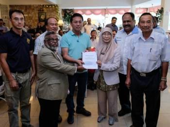 Datuk Seri Wan Azizah Wan Ismail menerima memorandum isu berkaitan situasi semasa komuniti pekebun Cameron Highlands yang diserahkan oleh wakil Persatuan Pekebun Cameron Highlands, Datuk Syed Abdul Rahman (dua, kiri) sempena lawatan kerja beliau di daerah ini, hari ini. - Foto Bernama