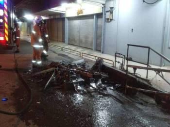 Anggota Bomba Balai dan Penyelamat Tangga Batu memadamkan kebakaran tersebut.(Foto: Sumber Facebook)