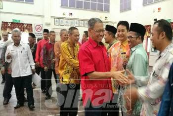 Mustapa bersalaman dengan warga pendidik Parlimen Jeli ketika tiba di Dewan SMK Jeli di sini.