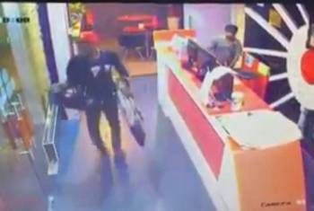 Rakaman CCTV menunjukkan suspek membawa lari barang-barang dari hotel tersebut.