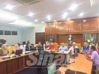 Mohamad Fariz (duduk, tengah) ketika mengadakan perbincangan memerangi Denggi habis-habisan di Manjung.