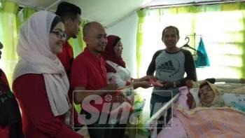 Nor Azmi menerima sumbangan daripada Puteri Kholijah dan Bersatu Bahagian Ipoh Timur yang melawat isterinya dalam Program Jejak Asnaf, di sini.