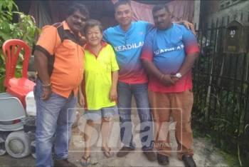 See Chu (dua, kiri) bersama ahli PKR Cabang Simpang Renggam yang bergotong-royong membersihkan rumahnya.