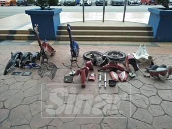 Antara komponen motosikal yang berjaya ditemui daripada kedua-dua suspek.