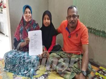 Johari bersama Nurul Husna dan isterinya menunjukkan dokumen berkaitan prosedur yang pernah dilakukannya bagi mendapatkan sijil kelahiran