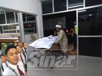 Mayat Izzul Fitri dibawa ke Unit Forensik Hospital Dungun untuk bedah siasat.