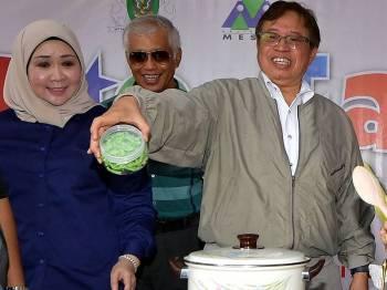 Ketua Menteri Sarawak Datuk Patinggi Abang Johari Tun Openg menunjukkan `Cendol Segera Sungai Bedil' pada pelancarannya sempena perasmian Fiesta Samariang hari ini. - Foto Bernama