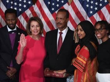 Ilhan (dua kanan) semasa upacara mengangkat sumpah sebagai anggota Kongres di Capitol Hill pada Khamis. - AFP