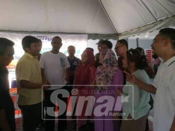 Najman (dua, kiri) berbincang mengenai status projek sejurus selesai sesi dialog diadakan.