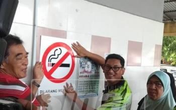 Ahmad Faizal menampal papan tanda dilarang merokok di sebuah kedai di Kanthan Baru sempena Program Jom Sihat Bersama Ahli Parlimen Tambun.
