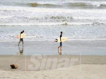 Kehadiran dua peluncur ombak di Pantai Pulau Kekabu mencuri tumpuan pengunjung.