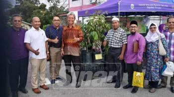 Mohd Aini(tiga kiri) mengiringi Aminuddin(empat kiri) melawat tapak niaga Pasar Malam Padang Selama, di Selama yang mula beroperasi petang ini.