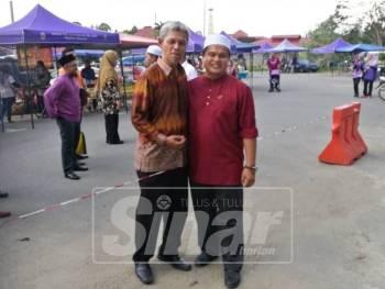 Perbezaan fahaman politik tidak menghalang Mohd Akmal(dua kanan) dan Timbalan Speaker Dun Perak dari PKR, Amiruddin Zulkipli(tiga kanan) untuk beramah mesra pada majlis pelancaran Pasar Malam Padang Selama hari ini.