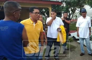 Ahmad Faizal meninjau beberapa rumah di sekitar Manjoi selepas kejadian ribut petang tadi.