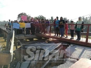 Sebahagian penduduk kampung memohon kerja baik pulih jambatan di Kampung Rantau Panjang dapat disegerakan.