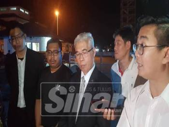 Hassan ( tengah) dan Kamarul ( dua dari kiri) sewaktu sidang media di luar IPD Pontian, malam tadi.