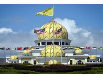 Suasana di pekarangan Istana Negara sewaktu tinjauan Mesyuarat Majlis Raja-Raja selepas peletakan jawatan Yang di-Pertuan Agong, hari ini. - Foto Bernama