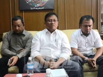 Mohamad Taufek(tengah) bersama Mohd Asna(kanan) dan setiausaha masjid, Zulkifli Ab Aziz(kiri) pada sidang media.