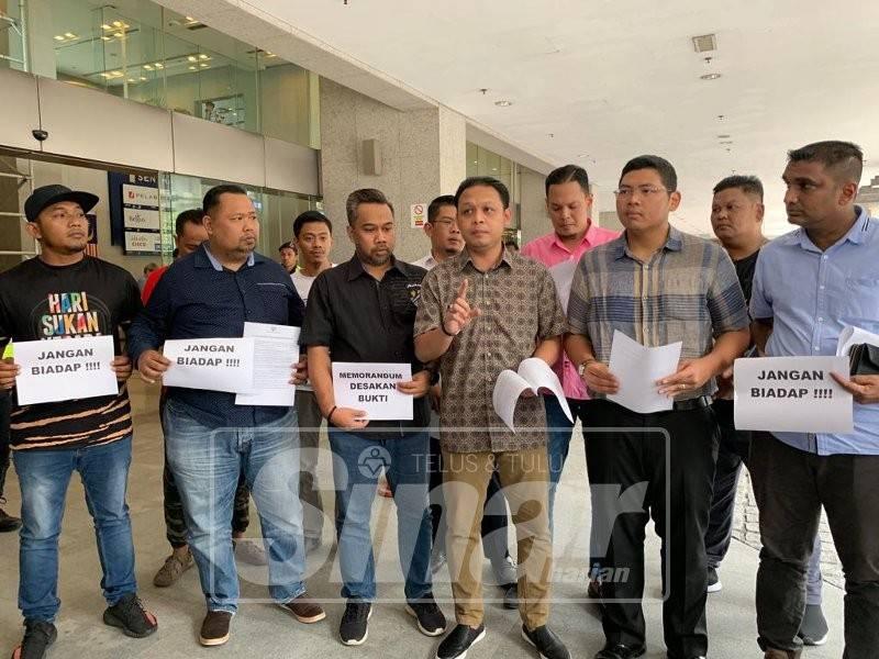 Pemuda Umno Selangor berkumpul bagi menyerahkan memorandum desakan bukti kepada Cisco