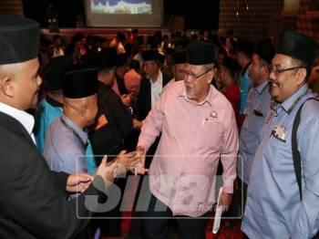 Aminolhuda bersalaman bersama penjawat awam yang hadir Perhimpunan Bulanan Mainj.