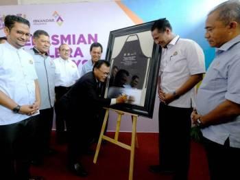 Osman menyempurnakan gimik perasmian Medan Selera Iskandar Malaysia.