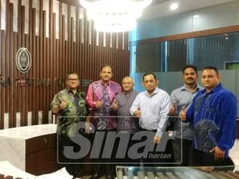 Sihabutheen (dua,kiri) bersama pengurusan Pelita Samudra Pertama (M) Sdn Bhd (Pelita) pada sidang media semalam.