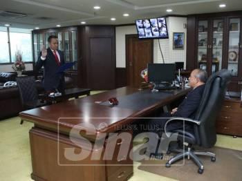 Mohd Rashidi mengangkat sumpah sebagai Timbalan Datuk Bandar Shah Alam baharu, semalam.