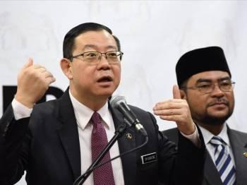 Menteri Kewangan Lim Guan Eng (kiri) semasa sesi sidang media pada Majlis Penyerahan Cek Kepada Sekolah Pondok Berdaftar di Kementerian Kewangan hari ini. - Foto Bernama